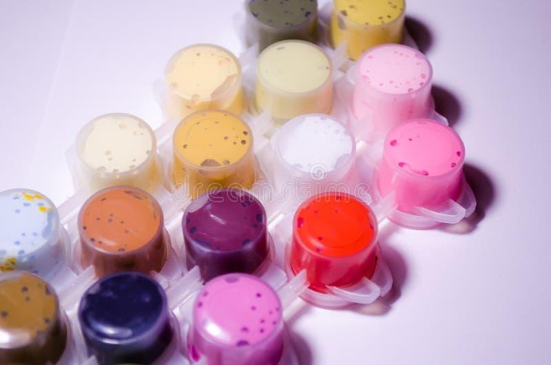 lacke Gefäße des Lackes Acrylfarben Malen Sie Dosen Eine breite Palette von Farben Farbe für das Zeichnen Farben, die Meisterwerk stockbild