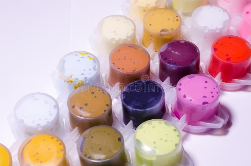 lacke Gef??e des Lackes Acrylfarben Malen Sie Dosen Eine breite Palette von Farben Farbe f?r das Zeichnen Farben, die Meisterwerk stockfotografie