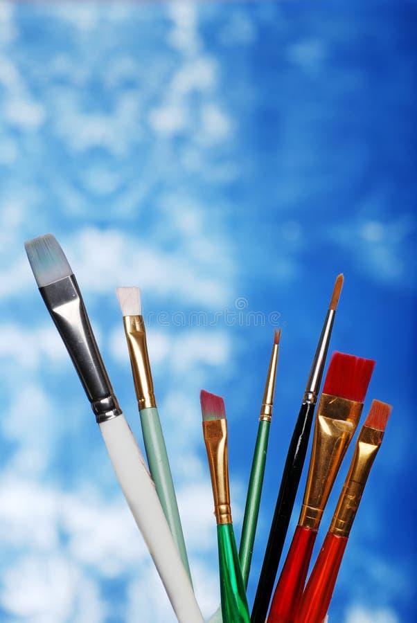 Lackpinsel auf einem blauen und weißen Hintergrund lizenzfreie stockfotografie