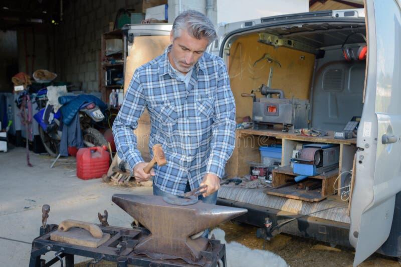 Lacksmith-Schmiede schmiedet Metallprodukte lizenzfreies stockfoto