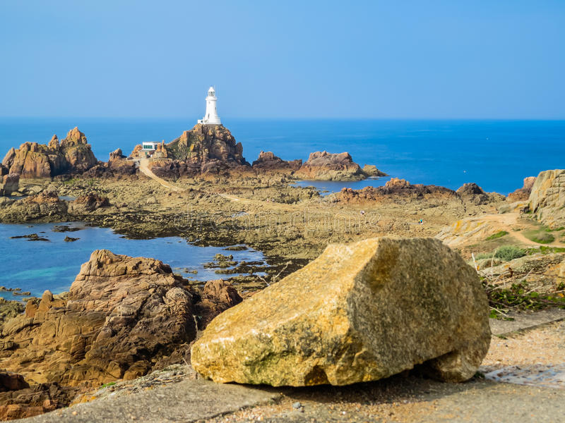 LaCorbiere fyr på den steniga kusten av den Jersey ön royaltyfri foto