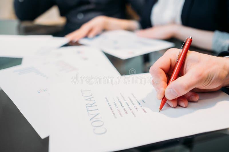 Lacre del trato de la negociación del negocio de la muestra del contrato imagenes de archivo