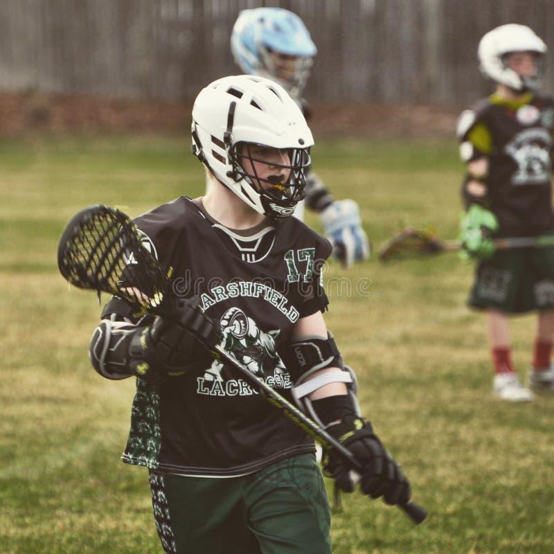 Lacrosse de los muchachos imagen de archivo libre de regalías