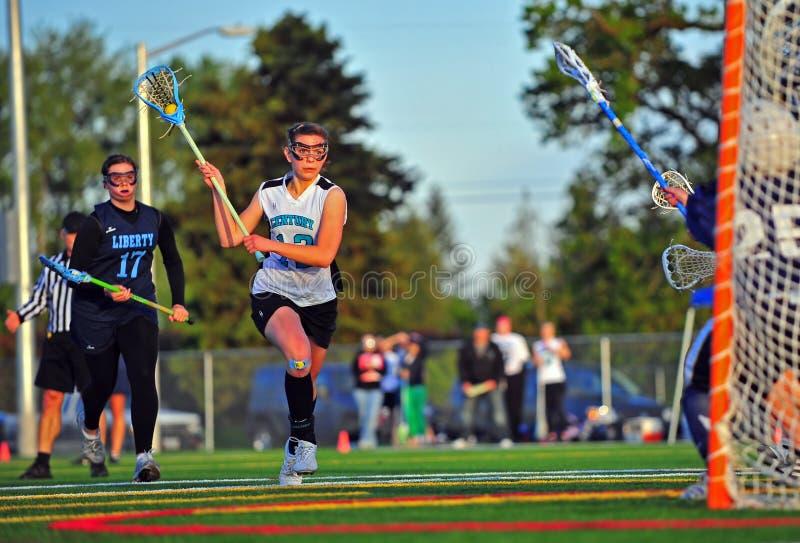 Lacrosse do time do colégio das meninas pronto para o tiro. fotos de stock royalty free