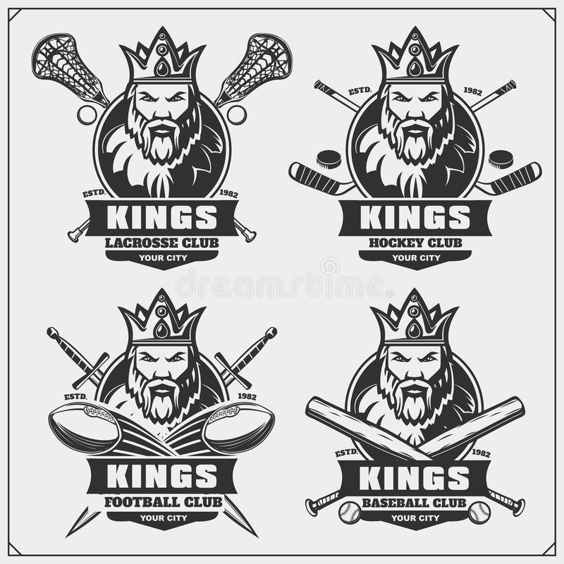 Lacrosse, futebol, basebol e logotipos e etiquetas do hóquei Emblemas do clube de esporte com rei ilustração royalty free
