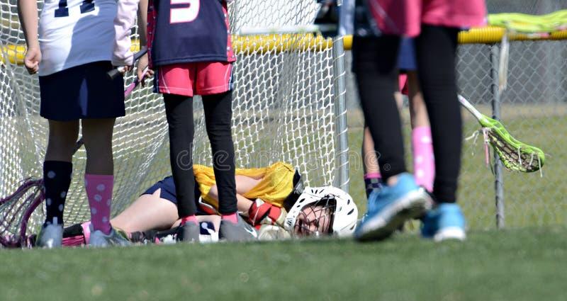 Lacrosse verletzter Spieler lizenzfreie stockfotografie