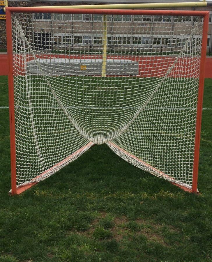 Lacrossedoel op een grasgebied v??r een spel stock fotografie
