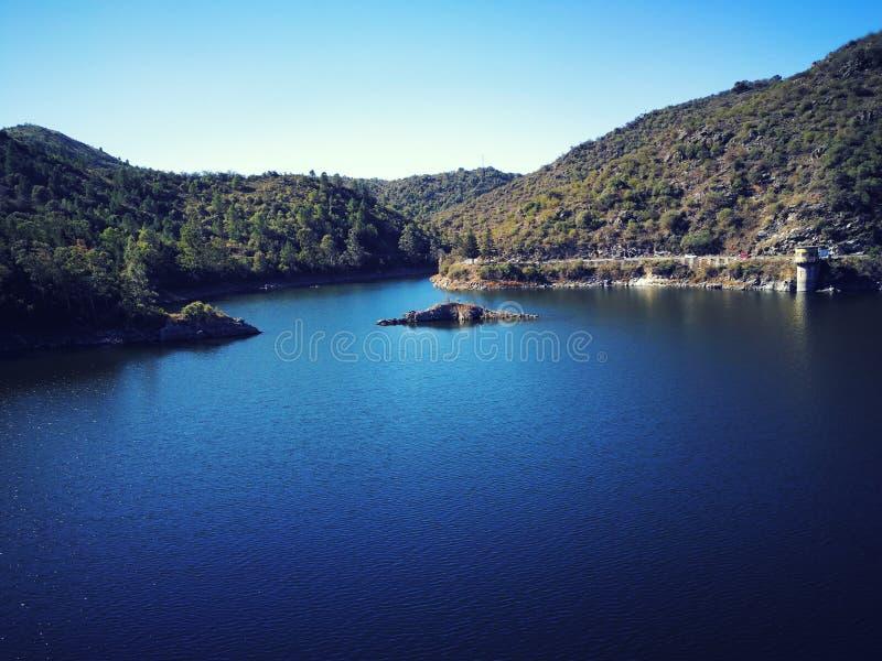Lacs et montagnes images libres de droits