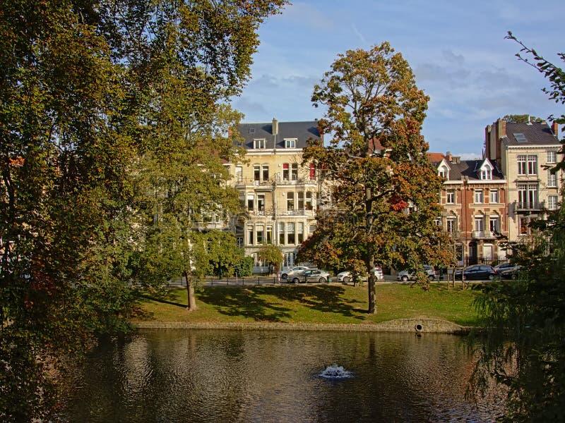 Lacs Ixelles avec des arbres d'automne et maisons dans le style éclectique d'Art nouveau photo stock