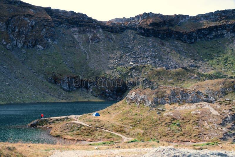 Верхняя часть горы туризм и шатер приключений располагаясь лагерем ландшафт около воды на открытом воздухе на озере Lacul Balea,  стоковое фото rf