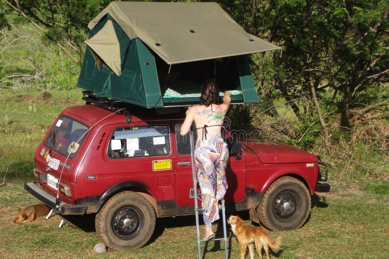 Lada Niva-familie die met een daktent kamperen stock foto