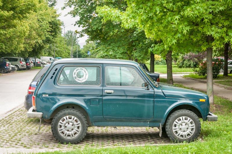 Lada Niva verde 4x4 fuori dall'automobile della strada ha parcheggiato sulla via fotografie stock libere da diritti