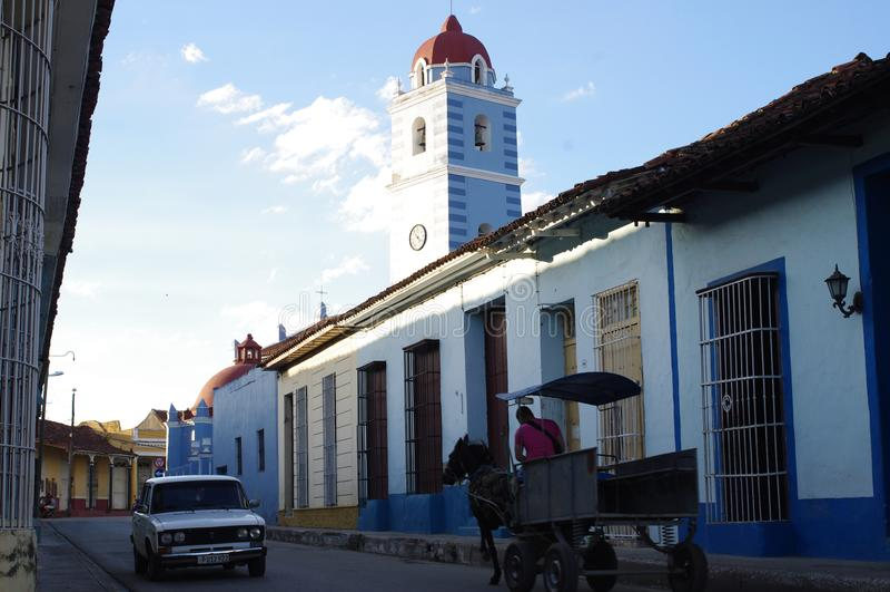 Lada que pasa el carro traído por caballo en la calle en Cuba fotos de archivo