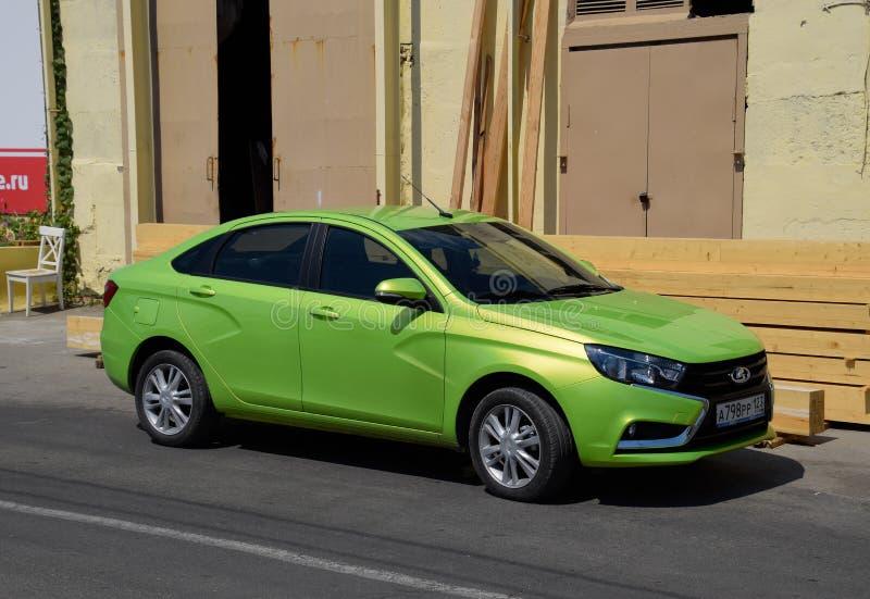 lada vesta 浅绿色的颜色 在路旁停放的汽车 库存图片