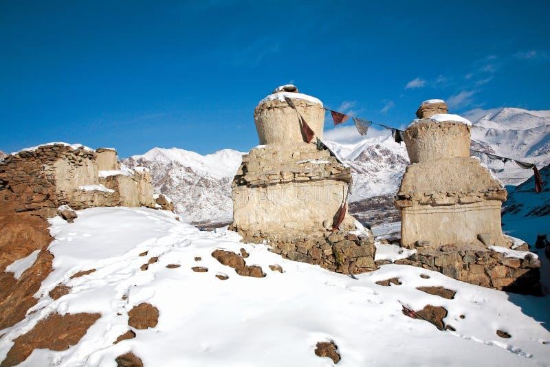 Ladakh το χειμώνα Το Chortens στο πρώτο πλάνο και η σειρά Stok Kangri στο υπόβαθρο μπορούν nbe βλέποντας, leh-Ladakh, Jammu και K στοκ φωτογραφίες