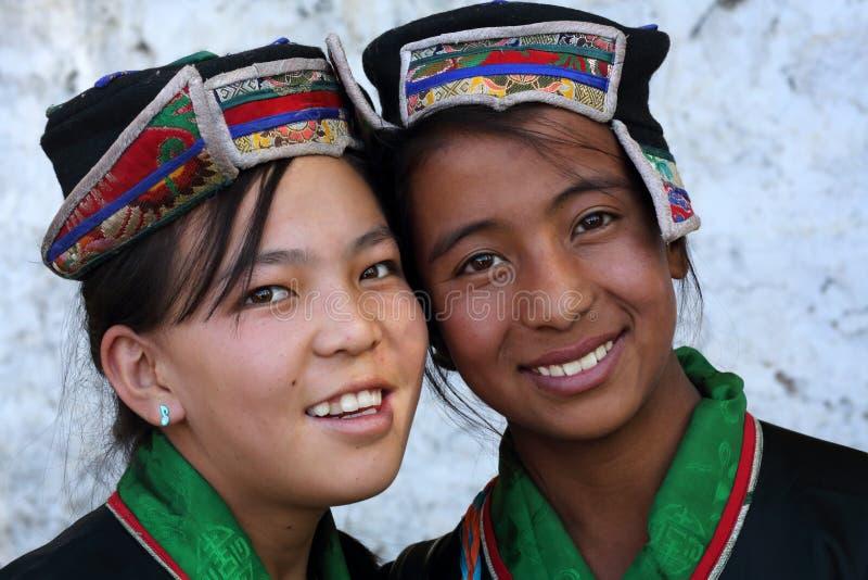 Ladakh festival 2013, härliga flickor med den traditionella klänningen royaltyfri fotografi