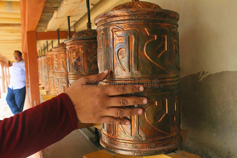 LADAKH, JAMMU Y CACHEMIRA, la INDIA, julio de 2015, peregrino en las ruedas de rezo, monasterio de Hemis imagen de archivo libre de regalías