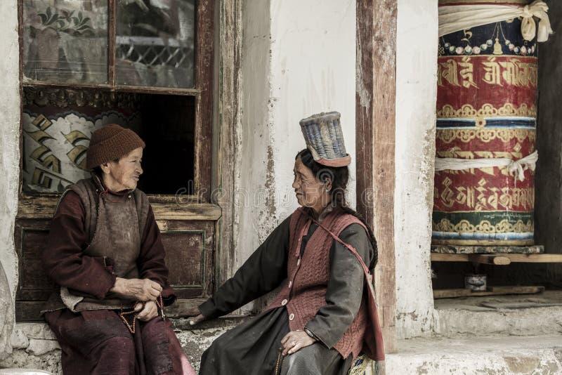 LADAKH, LA INDIA - 14 DE MAYO: Un devoto budista tibetano no identificado delante del monasterio de Alchi en el 14 de mayo de 201 imagen de archivo