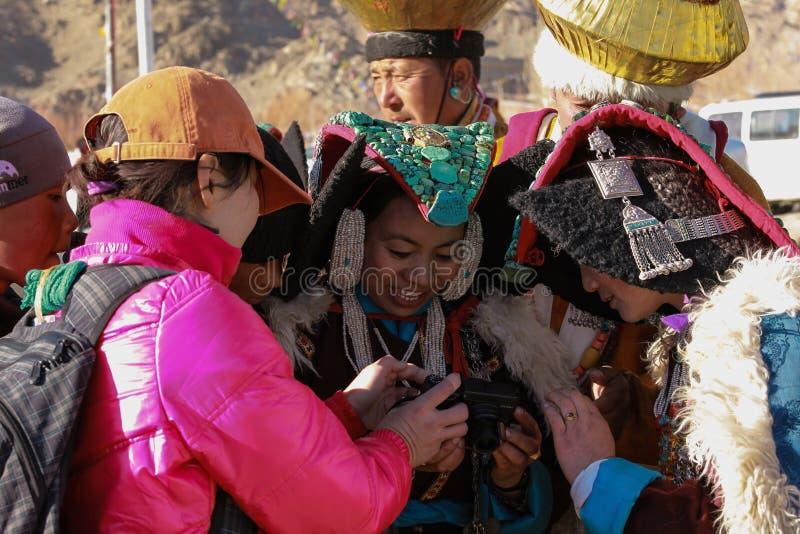 Ladakhi kvinnor ser deras foto in camera av den utländska turisten royaltyfri bild