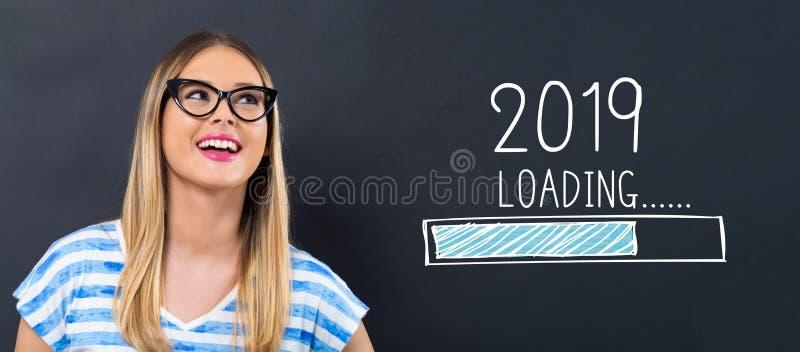 Ladda det nya året 2019 med den lyckliga unga kvinnan arkivbilder