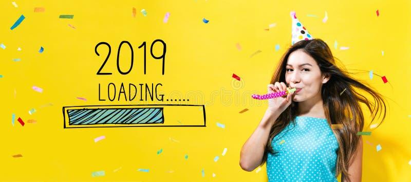 Ladda det nya året 2019 med den unga kvinnan med partitema arkivfoton