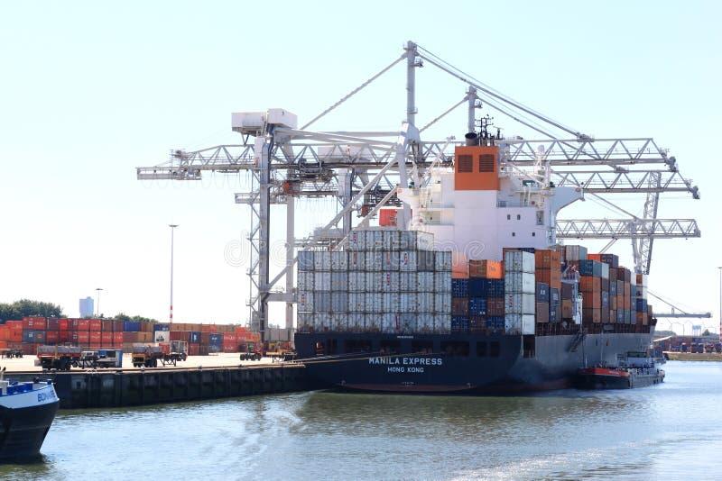 Ladda en skyttel i Rotterdam port, Nederländerna arkivfoto