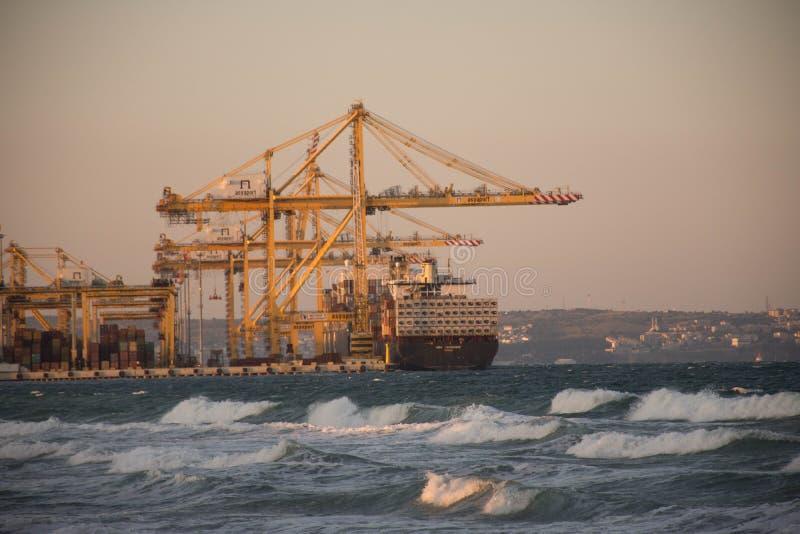 Ladda för lastfartyg arkivbild