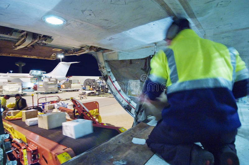 Ladda frakter in i lasthåll av flygplan royaltyfri fotografi