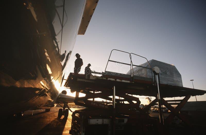 Ladda frakter på Boeing 727 strålflygplan fotografering för bildbyråer