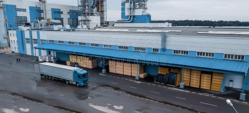 Ladda lastbilen på fabriken royaltyfria foton