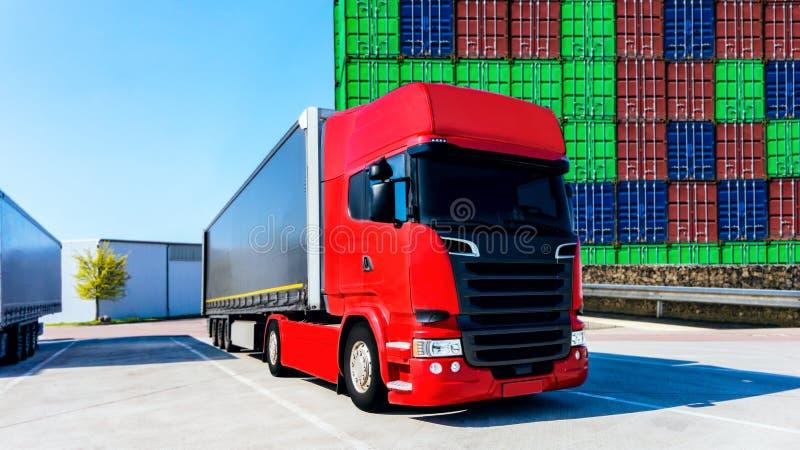 Ladda lastbilen Trans. och bransch Lastbilen i ett lager arkivfoton