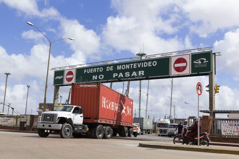 Laddad åker lastbil lämnar port i Montevideo, Uruguay. royaltyfri fotografi