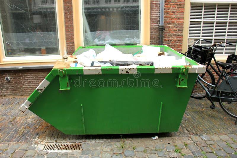 Laddad dumpster arkivbild