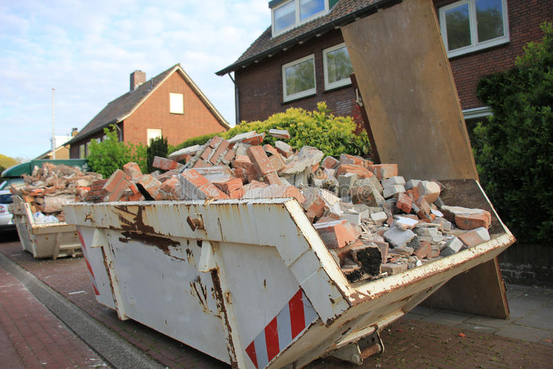 Laddad dumpster royaltyfri bild