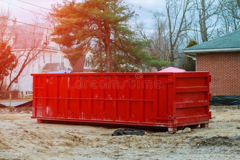 Laddad dumpster nära en konstruktionsplats, hem- renovering royaltyfri bild