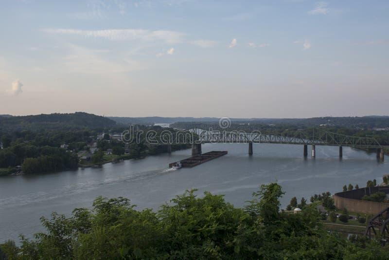 Laddad pråm på Ohioet River royaltyfri bild