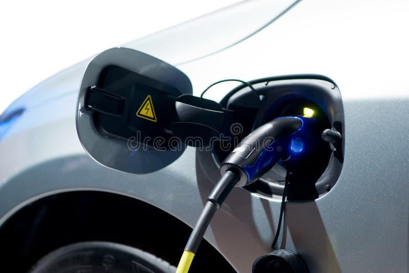 Laddande batteri av en elbil royaltyfri foto