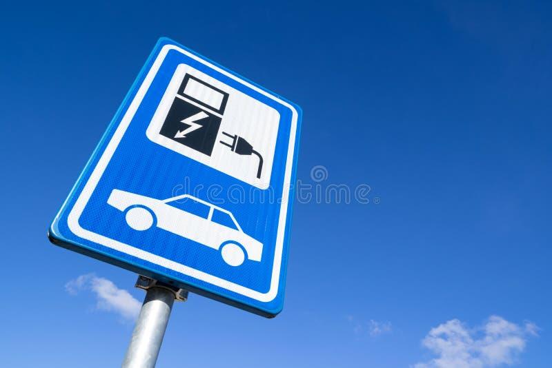 laddande elektriskt stationsmedel royaltyfri foto