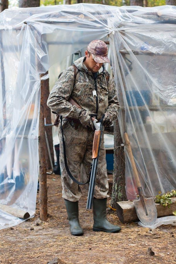 Laddande hagelgevär för jägare i jaktlägret arkivbild