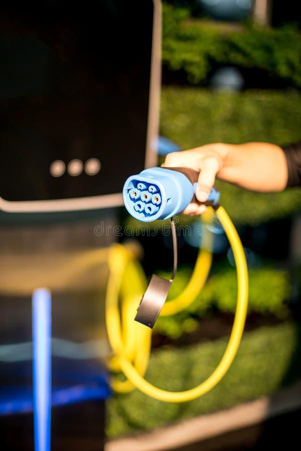 Laddande kontaktdon för elbil arkivfoton