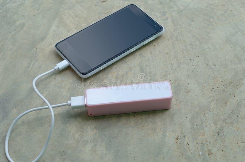 Laddande smartphonebatteridriftbank arkivbilder