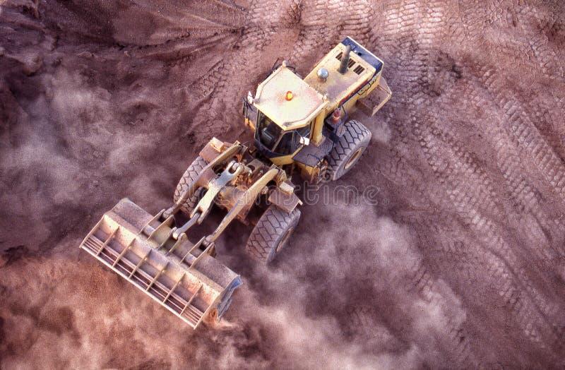 Laddare för främre slut som arbetar det guld- malmförrådet arkivfoto
