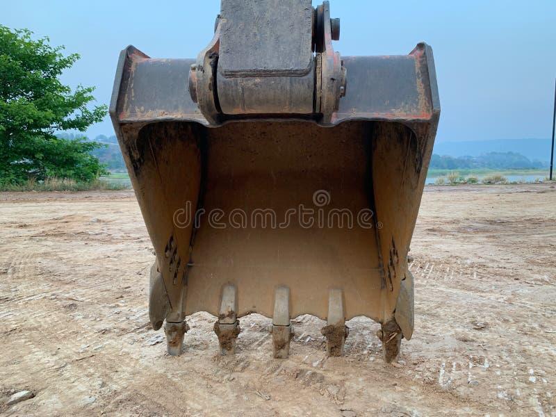 Laddaren är fördelade över sandjordningen royaltyfri foto