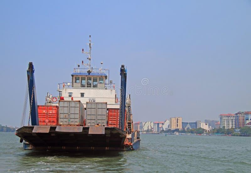 Laddat skepp i hamn av Kochi port arkivbilder