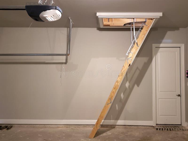 Ladder aan zolder in garage van een nieuw huis TX royalty-vrije stock afbeeldingen