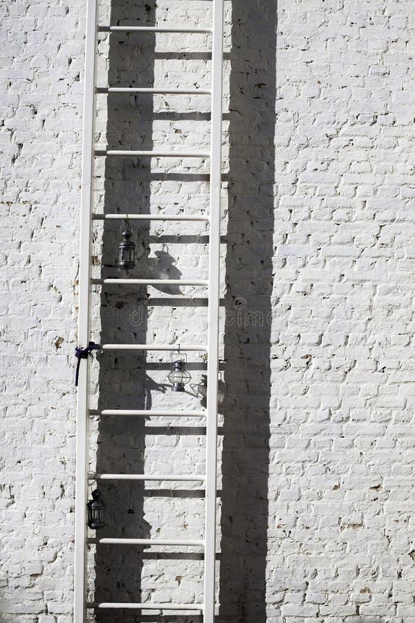 Ladder, baksteen & lamp stock foto's