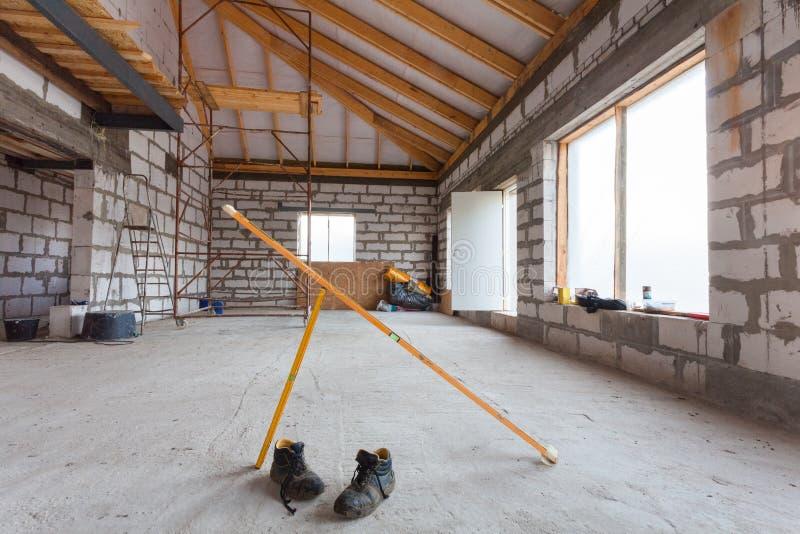 Ladder, delen van steiger en bouwmateriaal op de vloer tijdens op het remodelleren, vernieuwing, uitbreiding, restauratie stock foto's