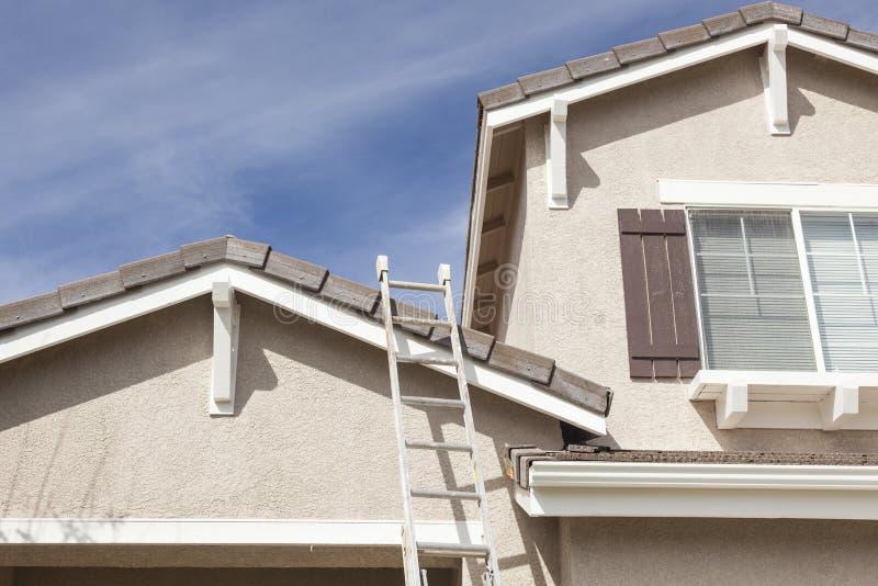 Ladder die omhoog tegen een vers Geschilderd Huis leunen royalty-vrije stock afbeeldingen