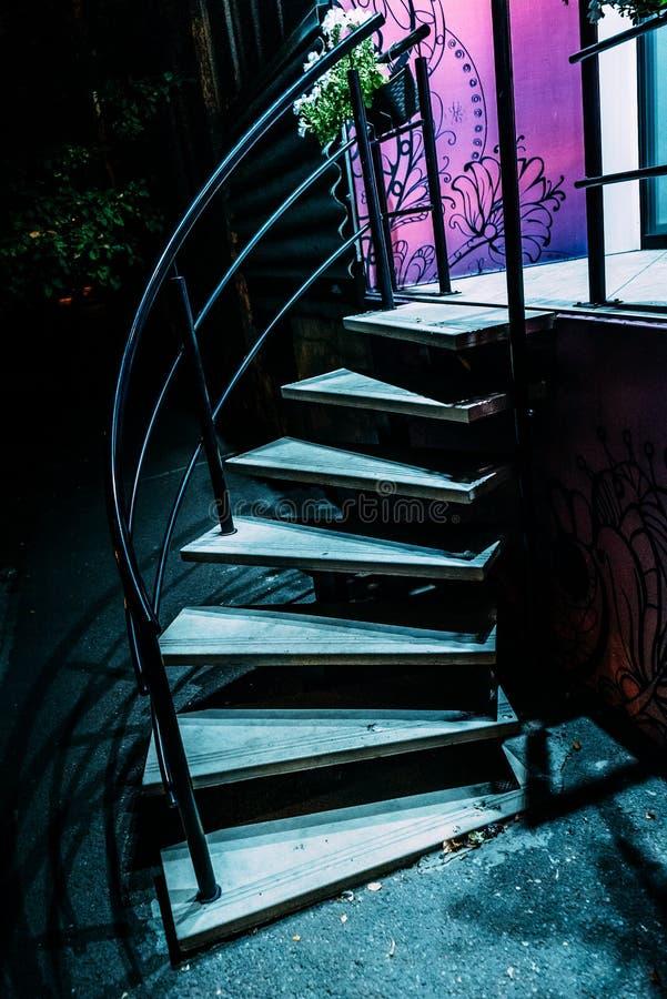 Ladder onder het licht stock afbeelding