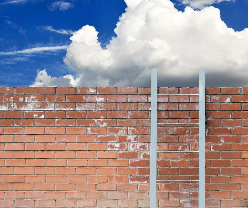Ladder tegen een muur en een blauwe hemel royalty-vrije stock fotografie